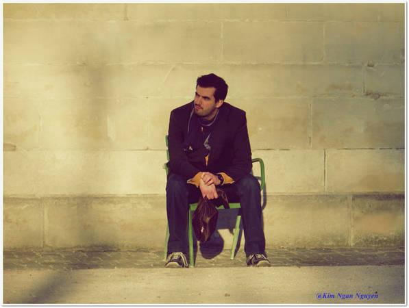 Chàng trai ngồi thư giãn trong vườn Tuileries - Ảnh: Kim Ngân