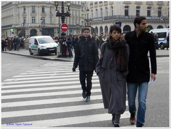 Những người qua đường phong cách mặc đồ thời trang như người mẫu - Ảnh: Kim Ngân