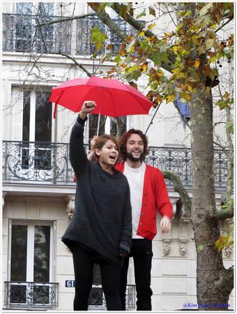 Paris đẹp hơn với sắc đỏ, đặc biệt là những chiếc ô đỏ nổi bật giữa bầu trời xám - Ảnh: Kim Ngân