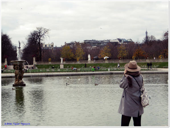 Một cô gái mải mê chụp hình trong vườn Luxembourg - Ảnh: Kim Ngân