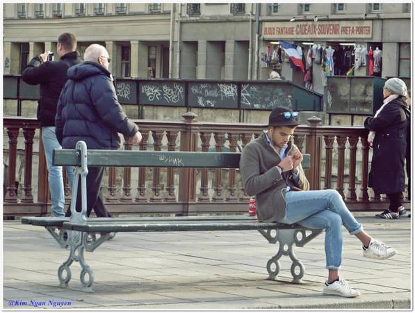 Chàng trai trên cây cầu Pont Notre-Dame - Ảnh: Kim Ngân