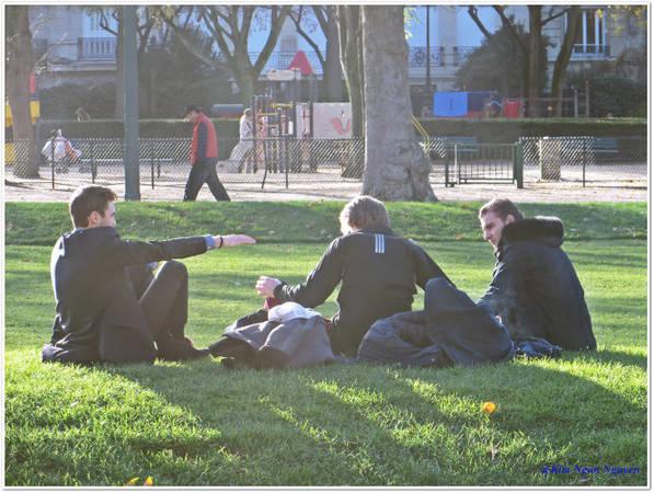 Một nhóm bạn thư giãn trong công viên Champ de Mars - Ảnh: Kim Ngân