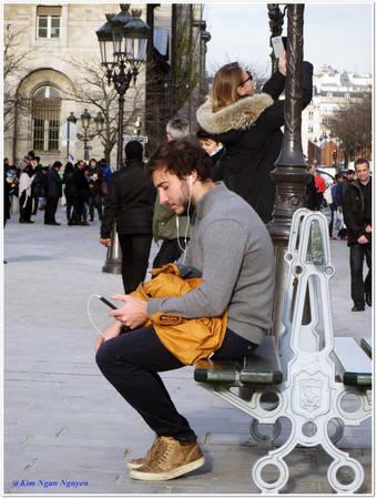 Chàng trai nghe nhạc bên cạnh nhà thờ Đức Bà Paris - Ảnh: Kim Ngân
