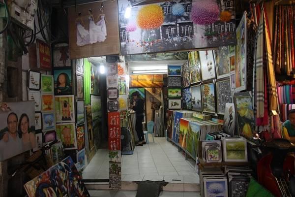 Một phòng tranh nhỏ tại phố cổ.