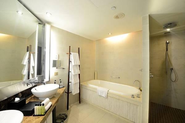 Phòng tắm thiết kế không cầu kỳ nhưng tiện dụng.
