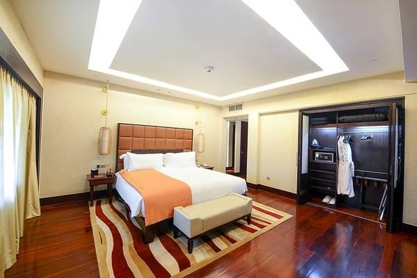 Phòng ngủ phụ cũng được thiết kế khá rộng, dành cho người thân của các chính khách, có cửa thông sang phòng bên cạnh khi các VIP muốn có vệ sĩ ở ngay cạnh mình.