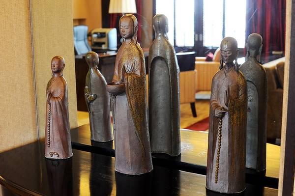 Decor nổi bật trong phòng khách là 3 bức tượng Phật được để ngay trên kệ gương ở giữa phòng.