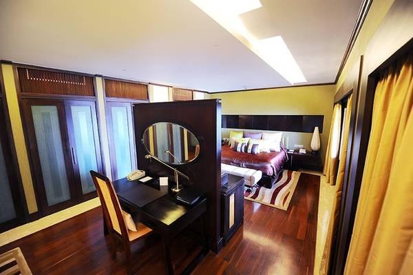 Phòng ngủ chính được thiết kế khá ấm cúng và kín đáo, tạo cảm giác riêng tư và an toàn cho các khách VIP ở đây.