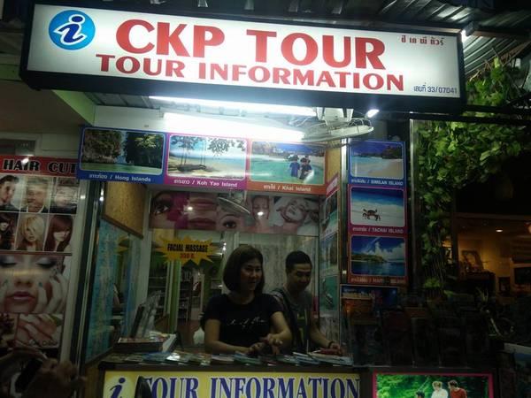Một đại lý tour ở Phuket. Ảnh: Hòa Bùi