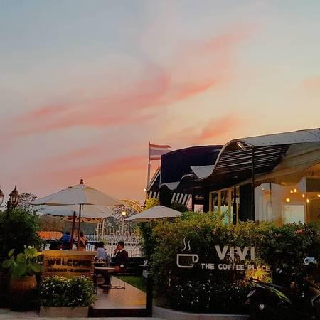 Quán cafe tại Bangkok này có 2 không gian riêng biệt: trong nhà và ngoài trời. Ảnh:chat_parakudar