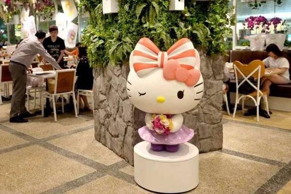 Mới đây, quán cà phê Hello Kitty đầu tiên trên thế giới mở 24/24 đã được khai trương ở sân bay Changi, Singapore. Từ giờ, du khách Việt đã có thể check in ở chuỗi quán cà phê siêu hot và siêu dễ thương này rất dễ dàng ở ngay sân bay mà không cần phải tìm địa chỉ phức tạp như trước đây.