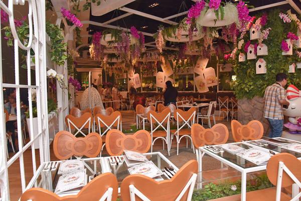 Ở mỗi quốc gia, Hello Kitty lại mang một thiết kế đặc trưng. Ở Singapore, quán có tên là Hello Kitty Orchid Garden - lấy tên theo loài hoa phong lan, quốc hoa của đảo quốc sư tử. Trong quán cũng treo nhiều giỏ hoa lan xanh mát, nở hoa quanh năm.