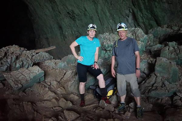 Bà Deb Limbert và Ông Howard Limbert - Hai vợ chồng chuyên gia hang động người Anh, cứ mỗi tháng họ có 3 chuyến vào hang ( 15 ngày), mỗi năm chỉ về quê 1 lần thăm con cháu, họ chọn cuộc sống gắn bó với nơi mình yêu mến nhất - Son Dong Cave.