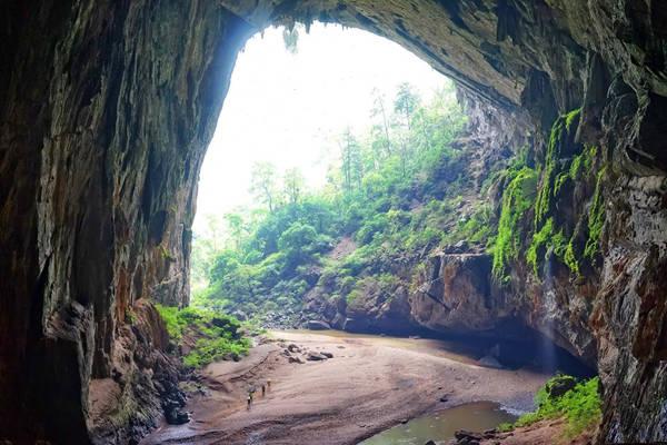 Đường ra cửa bên kia của Hang Én, từ đây cả đoàn băng rừng và suối khoảng 5km nữa để cửa hang Sơn Đoòng.