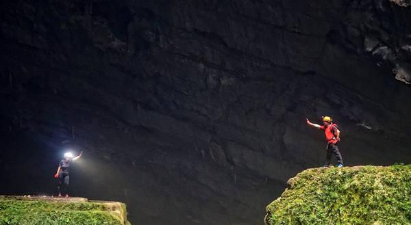Ngọn đồi ở hố sụt thứ nhất Doline 1, đây là ngọn đồi dốc đứng cao và nguy hiểm vì đá lăn nên phải tách ra đi từng nhóm nhỏ, la phần thưởng rất xứng đáng khi được ngắm cảnh như thiên đường ngay trên đỉnh đồi. Đây chính là trái tim của Sơn Đoòng.