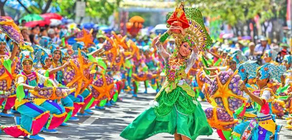 Khung cảnh rực rỡ sắc màu ở lễ hội Sinulog. Ảnh: iamaileen.com