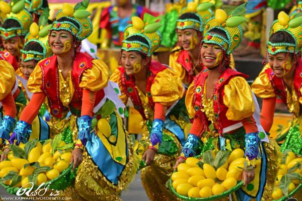 Vào các dịp lễ hội lớn người dân thường mặc trang phục truyền thống và nhảy múa tưng bừng. Ảnh: kabyahe.wordpress.com