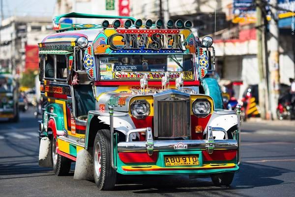 Những chiếc xe đủ màu đủ sắc Jeepney đã trở thành phương tiện công cộng chính yếu, đồng thời cũng là biểu tượng văn hóa đặc trưng ở Philippines.Ảnh: jjwrightfineart.com