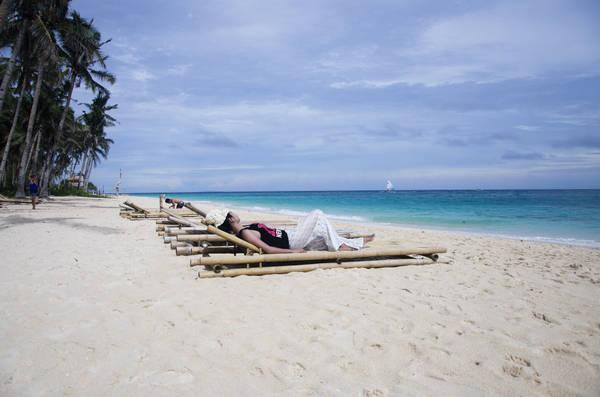 Còn gì tuyệt hơn khi được nằm thư giãn bên bãi biển lộng gió như thế này. Ảnh: Erwin Suficiencia