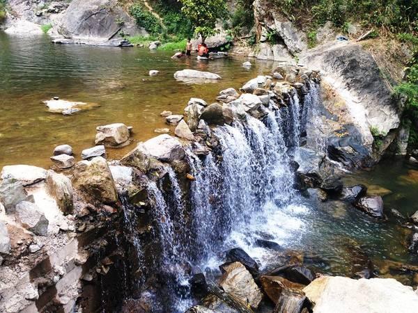 Hồ nước dưới chân thác Trắng và lòng suối có nhiều cá niêng được xem như một đặc sản mà bất cứ khách từ đâu cũng ưa thích.Ảnh: Phước Trần