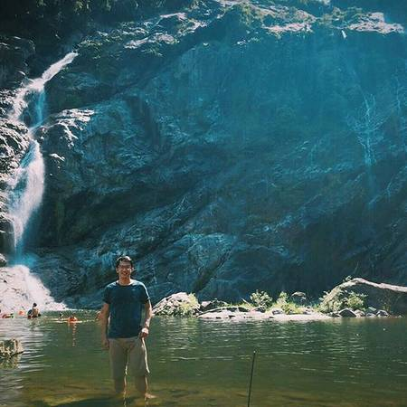 Dưới chân thác có hồ nước sâu tự nhiên rộng hàng trăm mét vuông, xanh biếc và mát lạnh. Từ chân thác này, nước theo con suối rộng khoảng 20 mét, lô nhô đá tảng giữa dòng, quanh có uốn khúc trong thung lũng trước khi chảy ra hợp nước với các khe suối khác. Ảnh:trannguyennghiep