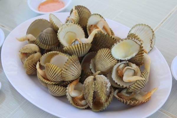 Quán có nhiều món ăn hải sản đa dạng, giá rất cạnh tranh. Trong ảnh là dĩa Sò Mồng luộc thơm phức. Ảnh: Kua