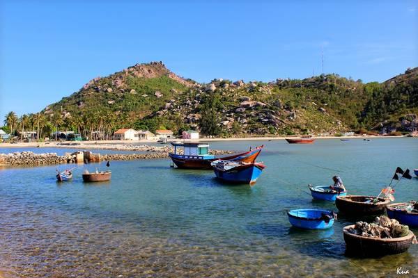 Biển ở Bãi Ngang tuy không tắm được nhưng trong xanh không kém bất kỳ nơi nào trong vịnh Cam Ranh. Ảnh: Kua