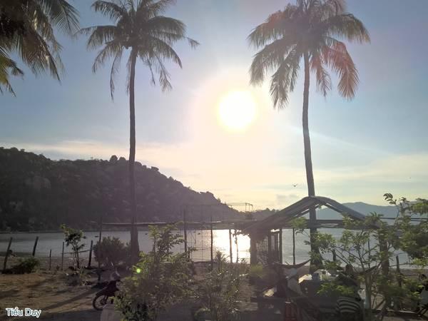 Nép mình ở phía cuối làng Bãi Ngang, quán Thanh Trà tuy hơi khó tìm nhưng nếu đã đến được đây, bạn sẽ được chiêm ngưỡng vẻ đẹp của biển đảo Bình Lập một cách chân thực nhất. Ảnh: Tiểu Duy