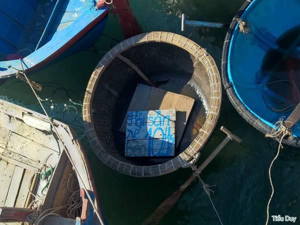 Vào buổi sáng, khi tàu cập bến, bạn có thể mua hải sản chỉ với giá 10.000đ/nửa ký. Ảnh: Tiểu Duy