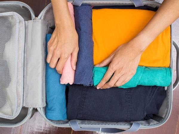 Swann khuyên bạn nên giữ lại ít nhất một bộ quần áo trong hành lý xách tay để có đồ thay trong trường hợp bị mất hết hành lý ký gửi. Ngoài ra, bạn cũng nên sao lưu hết tất cả những tài liệu quan trọng như vé máy bay, đặt phòng khách sạn, hộ chiếu trong một thư mục offline trong máy điện thoại hoặc máy tính, sau đó cần in các tài liệu này ra bản cứng và mang theo bên mình để sử dụng khi không thể vào mạng hoặc các thiết bị lưu trữ có vấn đề.