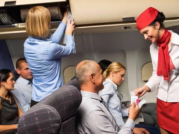 Đừng ngại khi yêu cầu các tiện ích miễn phí trên chuyến bay đã được quy định, thông thường là với các hãng hàng không lớn. Nhiều hãng cung cấp các đồ dùng miễn phí như bộ dụng cụ mini đến tai nghe, máy chơi games cho khách trong lúc nhàn rỗi nhưng đa phần hành khách không biết để hỏi tiếp viên hàng không. Những tiện ích này không phải lúc nào cũng được quảng cáo nên đó là lý do vì sao Swann khuyến cao bạn nên hỏi tiếp viên, nhưng lưu ý là lúc họ không bận rộn.