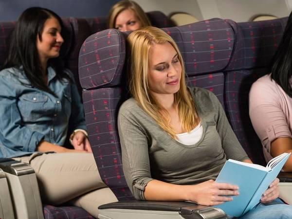 Tương tự như vậy, cũng đừng ngại đề nghị đổi chỗ ngồi. Nếu không may ngồi bạn chỗ ngồi không thích hợp, có thể bạn sẽ phải chịu đựng nó suốt chuyến đi dài. Swann cho biết, các tiếp viên hàng không thường thoải mái khi có khách yêu cầu việc này, miễn là máy bay còn chỗ trống và bạn không làm ảnh hưởng đến người ngồi cạnh.