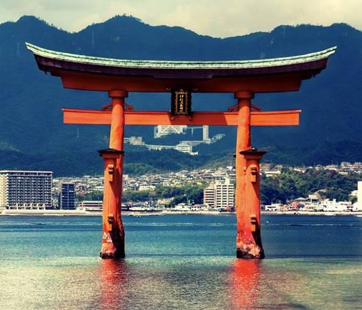 Cánh cổng được xây dựng vào năm 593 và trùng tu vào năm 1168 và cải tạo, mang hình dáng như hiện nay từ năm 1875. Cánh cổng Torii này cao 16 m, được làm bằng gỗ long não chọn lọc rất cẩn thận và kỹ càng. Khi thủy triều lên, cả chiếc cổng ranh giới linh thiêng như đang nổi lên trên mặt nước. Người Nhật cho rằng nếu nhét đồng xu vào vết nứt dưới chân cổng và cầu nguyện thì điều ước của họ sẽ trở thành sự thật. Ngoài ra, người dân ở đây còn có phong tục nhặt những con sứa bám dưới chân cổng với mong muốn đem lại may mắn cho mình và người thân.