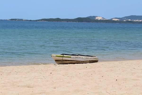 Ở đây còn có một chiếc thuyền kayak, vì không có sóng nên việc chèo thuyền rất dễ dàng.