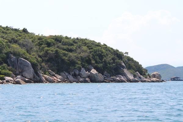 Một hòn đảo nhỏ không người ở, tại đây, những rặn san hô vẫn còn rất đẹp. Bạn hoàn toàn có thể lặn biển ngắm san hô thỏa thích, tuy nhiên nên cẩn trọng và nhờ lái tàu hướng dẫn để tránh làm hư hại san hô.