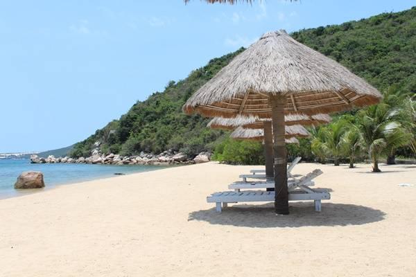 Sau khi tắm biển thỏa thích, bạn có thể nghỉ ngơi ngắm trời mây hoặc phơi nắng trên những chiếc ghế nghỉ được dựng sẵn trên bãi biển.