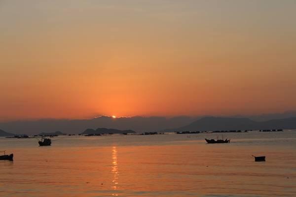 Vạn Ninh có Mũi Đôi, điểm cực đông của tổ quốc, nên bạn hãy thức dậy thật sớm để đón những ánh mặt trời đầu tiên ở Việt Nam trước khi lên đường. Cảnh bình minh ở đây chắc chắn sẽ không làm bạn thất vọng.