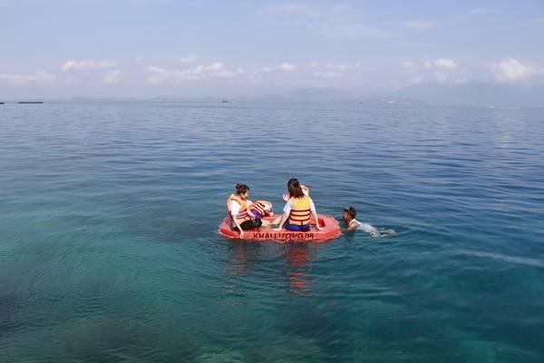 Đến giữa biển, chú lái tàu sẽ thả neo để bạn tha hồ lặn biển. Nơi đây vẫn còn hoang dã và hiếm khi có khách du lịch nên những rặn san hô chưa bị xâm phạm, rất đẹp. Nếu không biết lặn, chỉ cần ngồi trên phao, đeo chiếc kính lặn nghiệp dư và nhìn vào trong làn nước xanh. Thế giới san hô đủ sắc màu chắc chắn sẽ khiến bạn ngạc nhiên, ngay lập tức muốn nhảy ùm xuống biển.
