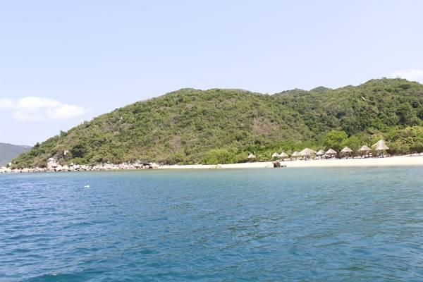 Sau một buổi sáng lênh đênh giữa biển, thuyền sẽ cập bến vào một bãi tắm để bạn nghỉ ngơi ăn uống và tắm biển thõa thích. Nơi đây chỉ có một người trông giữ đảo, vài chiếc chòi thô sơ để khách vãng lai ghé chơi.
