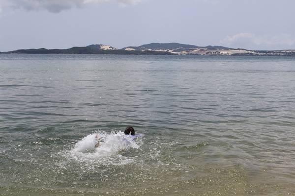 Nước trong veo, sạch sẽ thấy được cả đáy, tuy tắm ở biển nhưng lại có cảm giác đang vùng vẫy giữa một bể bơi khổng lồ vì không một gợn sóng. Biển ở đây khá cạn nên an toàn với cả những ai không biết bơi.