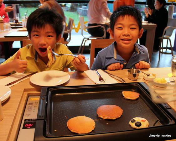 Nét đặc biệt của nhà hàng Slappy Cakeslà du khách có thể tự chọn nguyên liệu và làm bánh theo sở thích của mình. Ảnh:cheekiemonkie.net