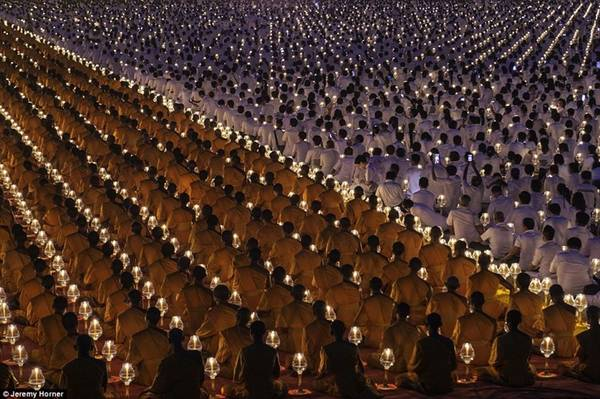 Các nhà sư rước nến trong nghi lễ Phật giáo dành cho nhà sư mới được tổ chức hàng năm tại Wat Phra Dhammakaya, một đền thờ phía Bắc Thủ đô Bangkok, Thái Lan. Ngôi đền là trung tâm của hệ giáo phái Dhammakaya, một giáo phái Phật giáo được hình thành vào những năm 1970 và dẫn đầu bởi một thầy tu tên là Phra Dhammachayo.