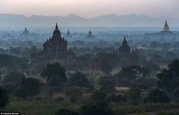 Những ngôi chùa Phật giáo - hay tháp bậc thang - có thể được nhìn thấy rải rác trong cảnh sương mù trên sông Irawaddy ở Bagan, một thành phố cổ ở Myanmar.