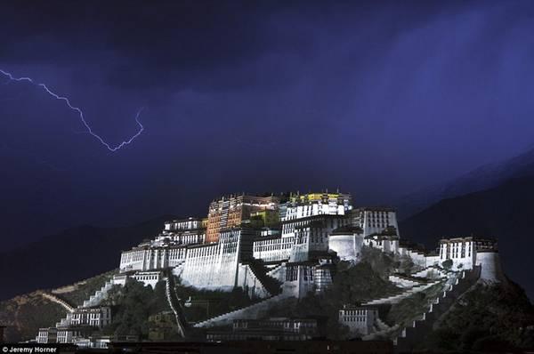 Tia sét lóe sáng trong cơn bão đầy ấn tượng ở cung điện Potala nằm ở thành phố Lhasa, thủ phủ của Tây Tạng. Cung điện từng là chốn tu hành của các vị Đạt Lai Lạt Ma tới đời thứ 14, tượng trưng cho Phật giáo Tây Tạng và đóng vai trò gìn giữ, truyền bá văn hóa truyền thống của Tây Tạng.