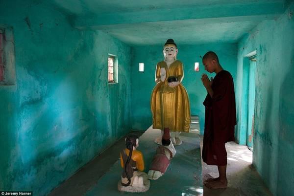 Một nhà sư cầu nguyện tại một trong hàng ngàn ngôi đền ở thành phố Amarapura, từng là Thủ đô của Myanmar.