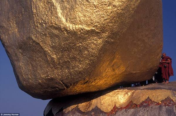 Một nhà sư hành hương đến Chùa Đá Vàng Kyaiktiyo, điểm hành hương Phật giáo nổi tiếng Myanmar có điểm nhấn là tảng đá tròn hình quả trứng nằm cheo leo trên bờ một vách đá và được che phủ bằng vàng lá do những người mộ đạo dán lên.