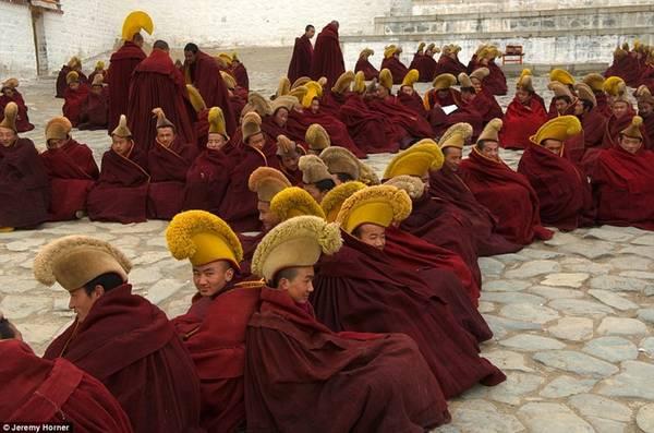 Các nhà sư tại trường Phật giáo Gelugpa ở Tây Tạng trong trang phục truyền thống. Họ đang chờ đợi phía ngoài hội trường cầu nguyện chính của Tu viện Labrang.