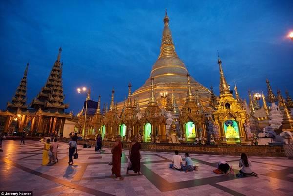 Chùa Shwedagon, hay còn được gọi Chùa Vàng là một trong những ngôi chùa linh thiêng và hoành tráng nhất ở Myanmar. Đỉnh ngọn tháp có hình vương miện, được đính với 5448 viên kim cương, 2317 viên ruby, sapphire và các loại đá quý khác, cùng 1065 chiếc chuông bằng vàng với âm thanh vang kỳ lạ. Trên lá cờ ở đỉnh tháp, có một viên kim cương nặng tới 76 carat.