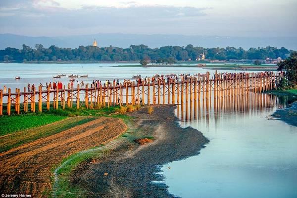 Cầu U Bein bắc qua hồ Taungthaman nằm ở ngoại ô Mandalay của Myanmar, dài 1,2 km là cây cầu gỗ tếch dài và lâu đời nhất thế giới, điểm đến thu hút của du khách khi hành hương đến Myanmar.