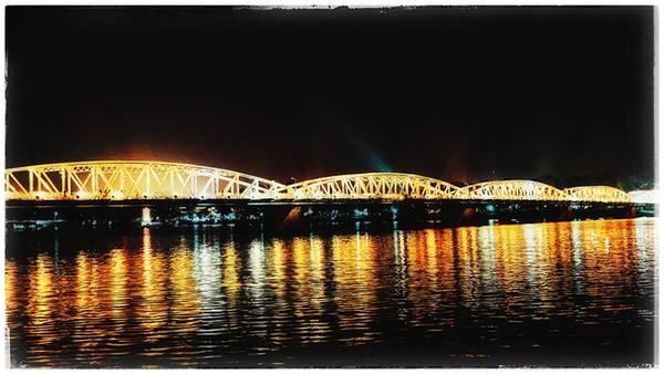 Nhịp sống ở Huế về đêm cũng chậm rãi hệt như con người ở đây. Du khách chỉ cần chừng một giờ lang thang với vận tốc của xích lô thôi là đã thâu tóm đủ những địa danh. Cây cầu Tràng Tiền về đêm cũng là điểm đến hấp dẫn nhiều người. Tỏa sáng cả một vùng trời trên dòng sông Hương thơ mộng, cây cầu là biểu tượng nổi tiếng của thành phố cùng với hình ảnh chiếc nón bài thơ.